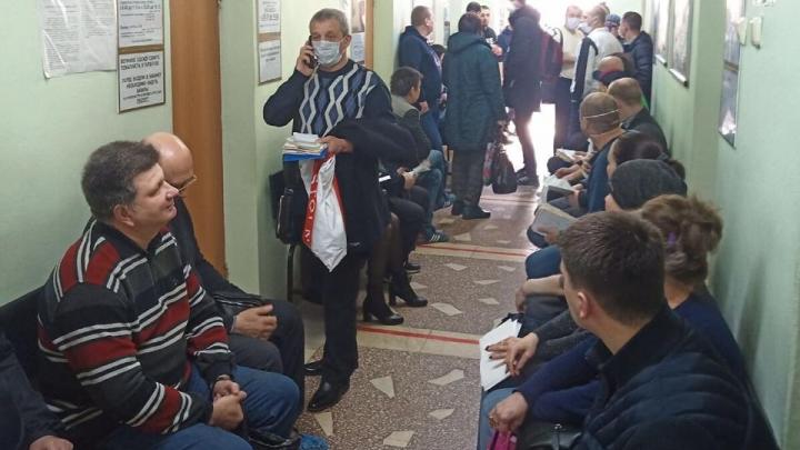 «Скопилось тысячи две работников»: сотрудники челябинского комбината толпятся в очередях на медкомиссию