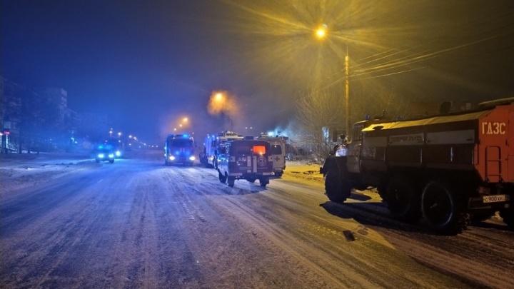 В Челябинске ищут мужчину, пробравшегося на парковку с канистрой и спалившего несколько машин