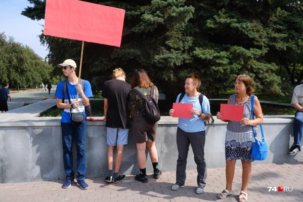 Участники акции принесли красные таблички — как предупреждение Текслеру