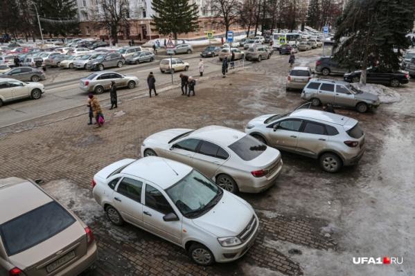 Автомобили паркуют на тротуарах и переходах, мешая движению пешеходов