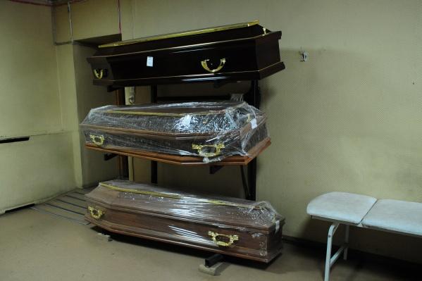 Похоронщики не дают родственникам проститься с покойным