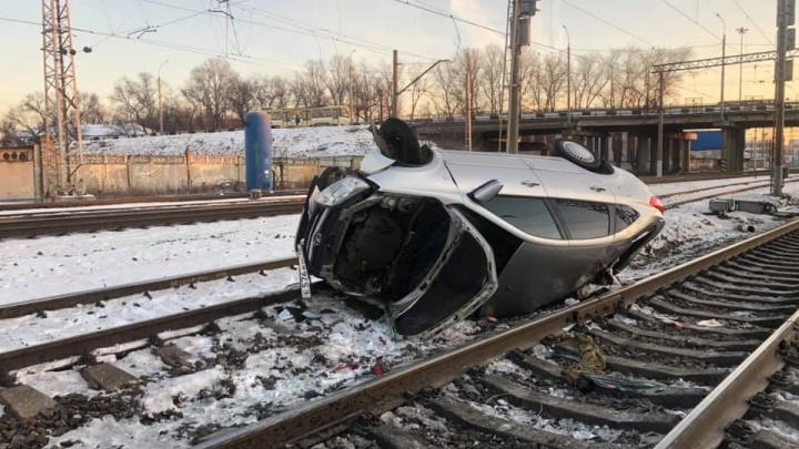 Влетел в отбойник и перевернулся: в Ярославле на железнодорожных путях валялась машина