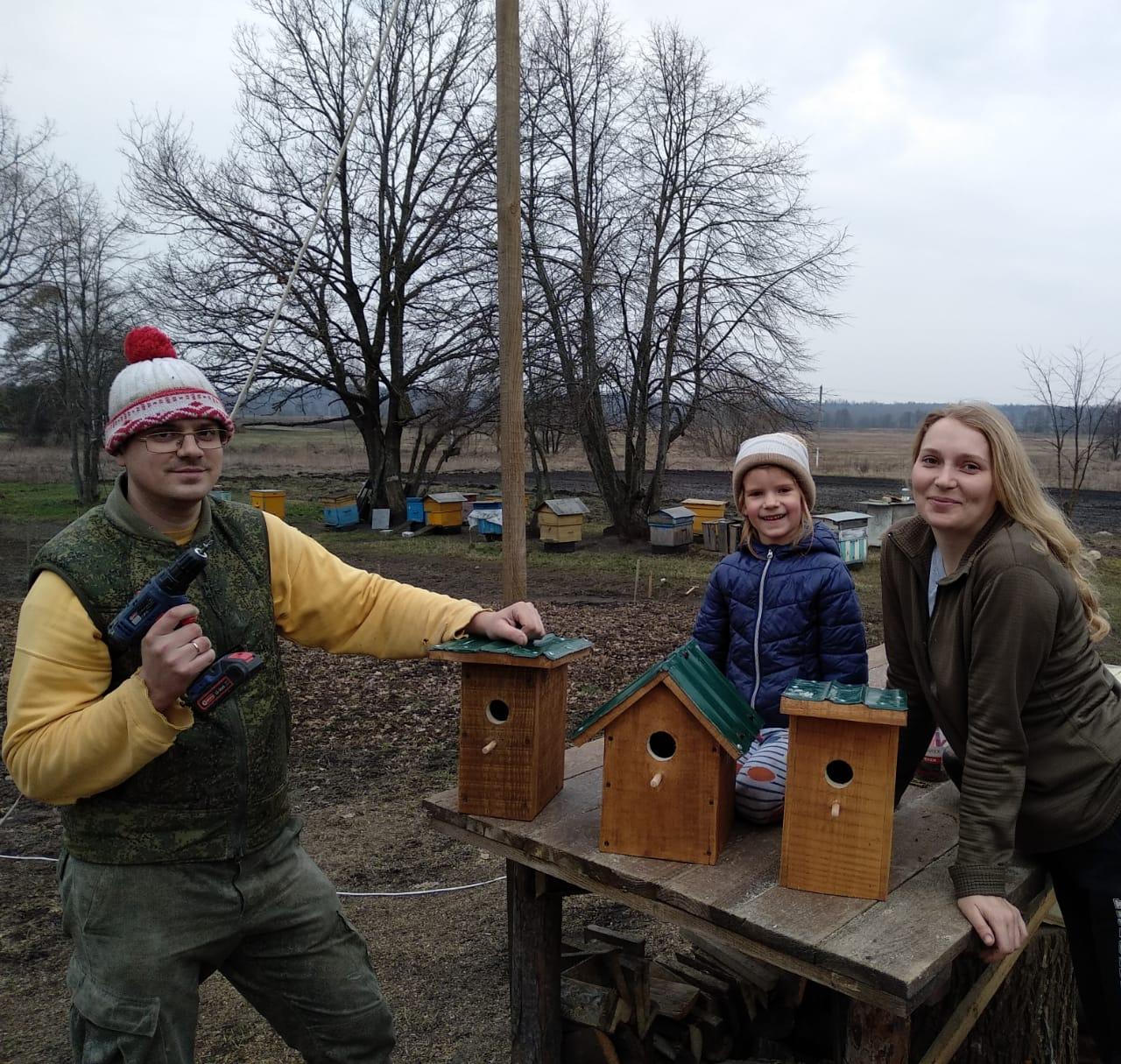 Семья любит пройтись в поле с собаками, заварить чай на костре, ловить рыбу