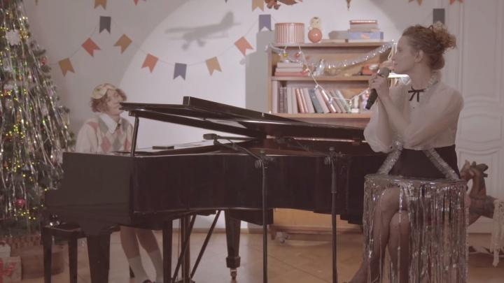 Монеточка и Шарлот перепели классическую новогоднюю песню из «Ну, погоди!»