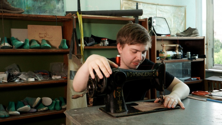 Маленький, но гордый бизнес: юный нижегородец ушел из вуза делать обувь по 14 тыс. рублей за пару