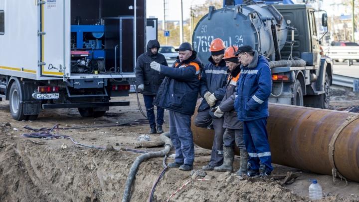 «До конца дня должны закончить»: как в Волгограде чинят лопнувшую магистраль теплоснабжения