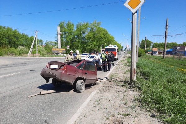 В результате аварии машину буквально разорвало на две части