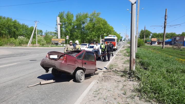 В Нижнем Тагиле влетевшую в столб машину разорвало на две части, водитель погиб: видео