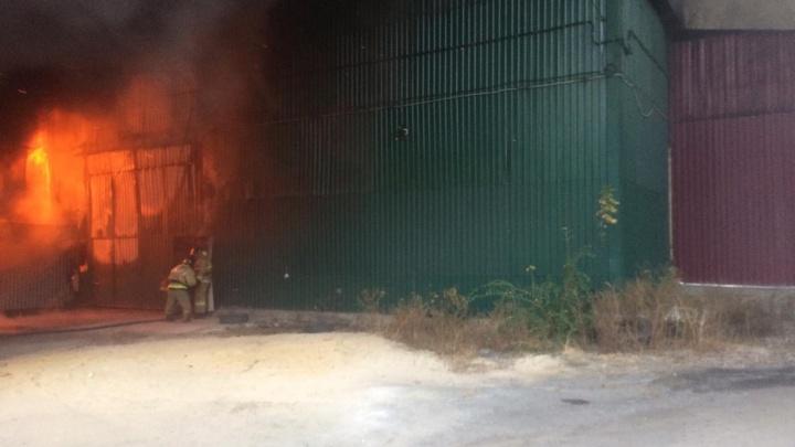 В Шахтах загорелся цех по переработке пера