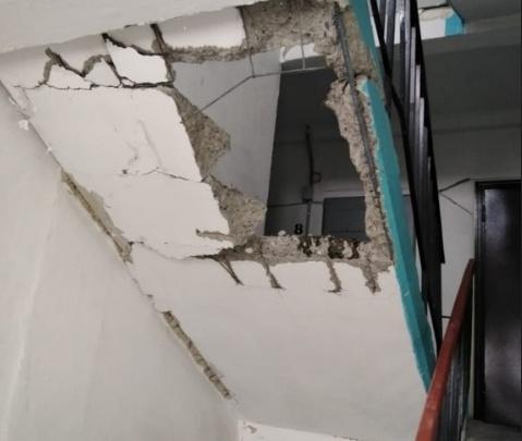 В Челябинской области при замене лифта рабочие проломили лестницу в многоэтажном доме