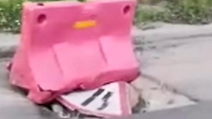 На Котовского ещё месяц назад провалился канализационный люк — теперь на дороге глубокая яма