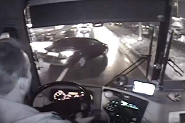 Водитель маршрутки пытался уйти от столкновения