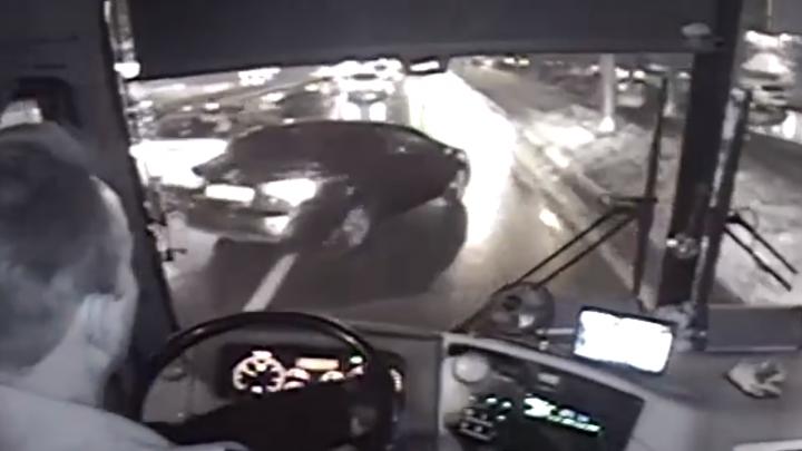 Пострадали люди: маршрутка с пассажирами влетела в столб в Ярославле. Видео