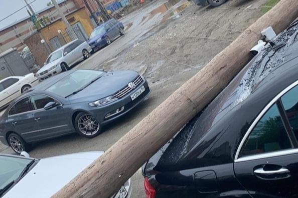 «Один упал, за ним вся линия потянулась»: столб придавил автомобиль, припаркованный на Ядринцевской