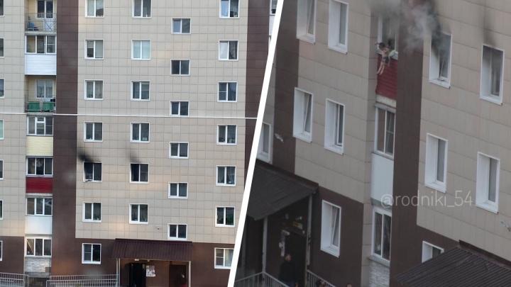 Появились снимки со спасением из горящей квартиры на Родниках: детей скидывали с третьего этажа