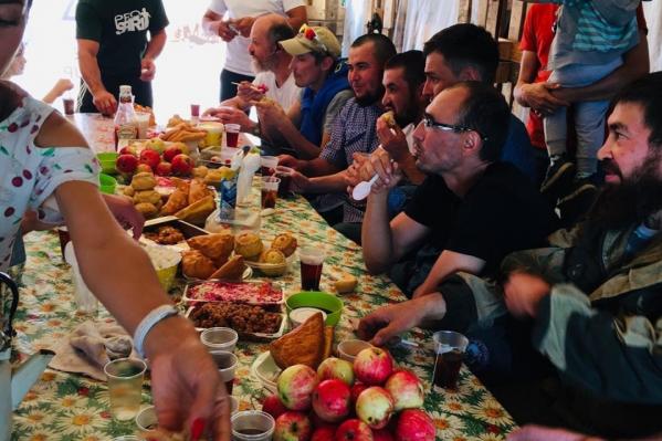 Всех гостей кормят с большим удовольствием