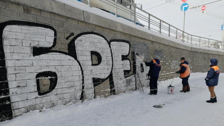 Дорожники закрасили граффити «Бред» у «Дома туриста»