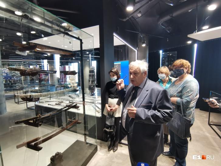 Директор Музея воинской доблести и славы Владимир Козлов рассказывает о коллекции японских мечей