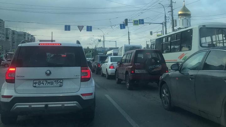 Автомобили встали в пробку на левом берегу — там не работает светофор