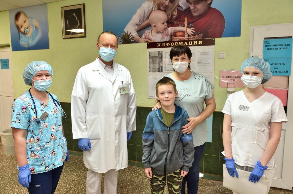 Главврач и сотрудники Краевой детской больницы сделали памятное фото с отважным Костей и его мамой Натальей