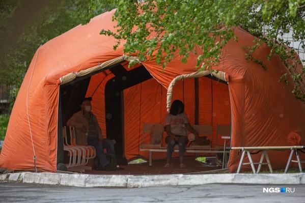 Пациенты ждут осмотра в палатках