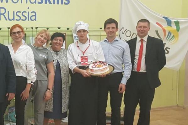 Оценить приготовленный Егором Мязиным (в центре) торт Михаил Мишустин смог только внешне