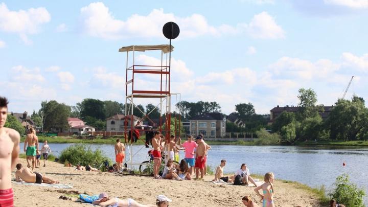 На ярославских пляжах появились чёрные шары: что это значит