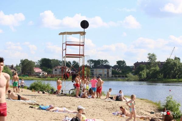 На пляжах в Ярославле появились чёрные шары, предупреждающие об опасности купания
