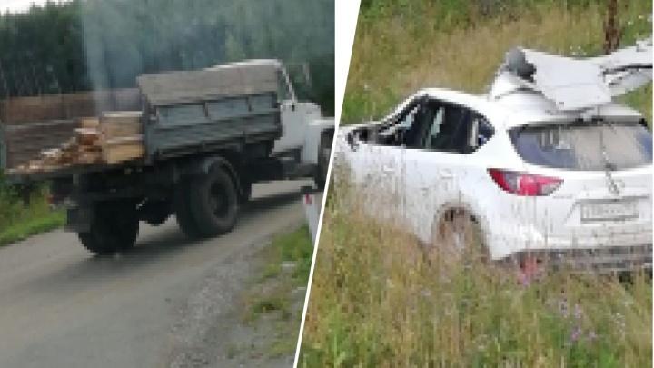 В Свердловской области Mazda залетела под грузовик. Водитель иномарки погиб