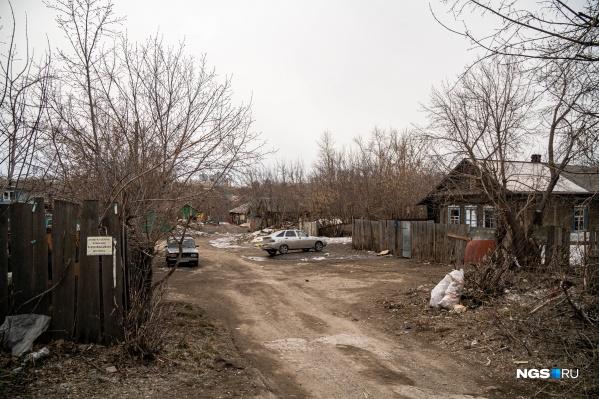 На участке ещё остаются жилые дома, когда их снесут, в компании-застройщике не пояснили