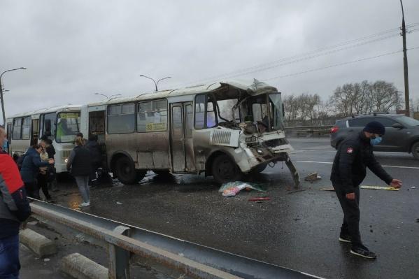 По словам очевидцев, пассажиры автобусов получили травмы, у одной девушки — сотрясение мозга