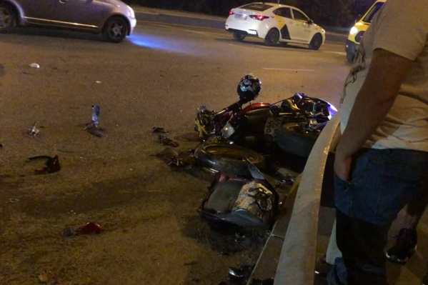 Мотоцикл Yamaha, на котором попали в ДТП молодой человек и девушка. Обстоятельства случившегося выясняются сотрудниками ГИБДД