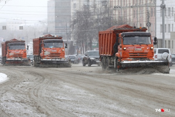 В эти выходные снегоуборочные машины уже выезжали на городские дороги