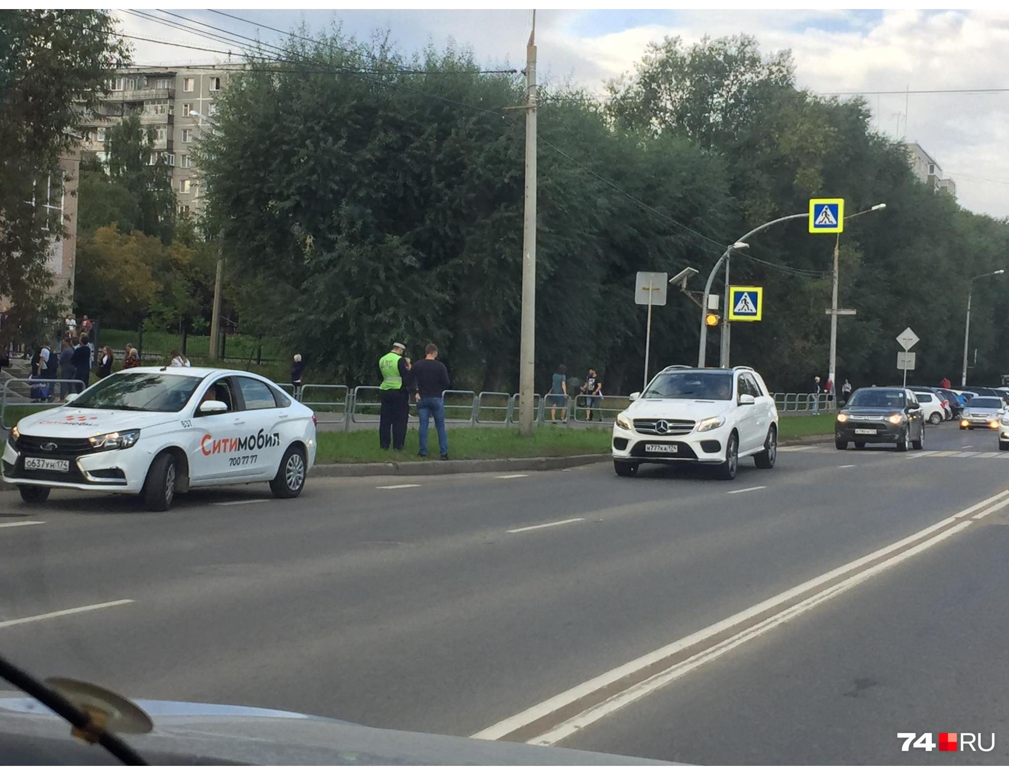 Возле перехода у школы на улице Куйбышева сегодня как никогда дисциплинированные водители