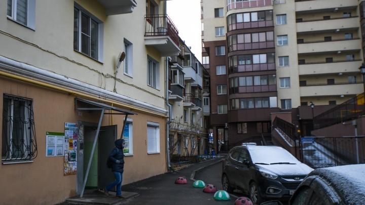 История домика под «Парижем»: как живут в четырехэтажке, над балконами которой нависла высотка