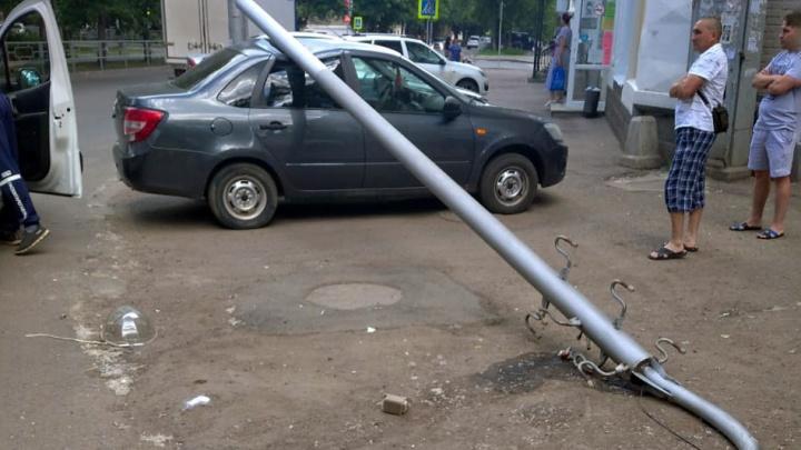 В Уфе электроопора упала на машину