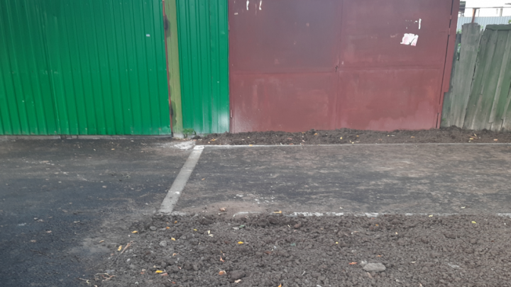 Дорожники в частном секторе Тюмени укладывали асфальт и случайно замуровали гараж