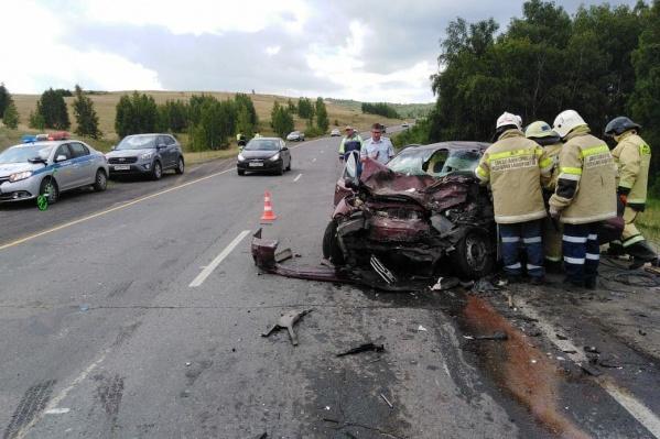 Водителя и пассажиров спасателям пришлось деблокировать из автомобиля
