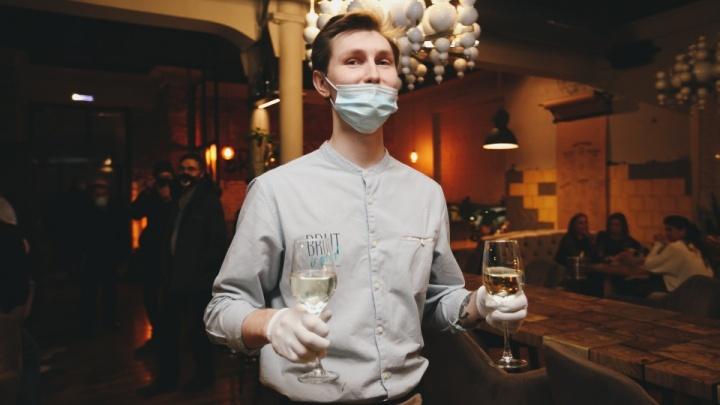 «Лучше бы нас закрыли»: в челябинских ресторанах подсчитали ущерб от ковидных ограничений на Новый год