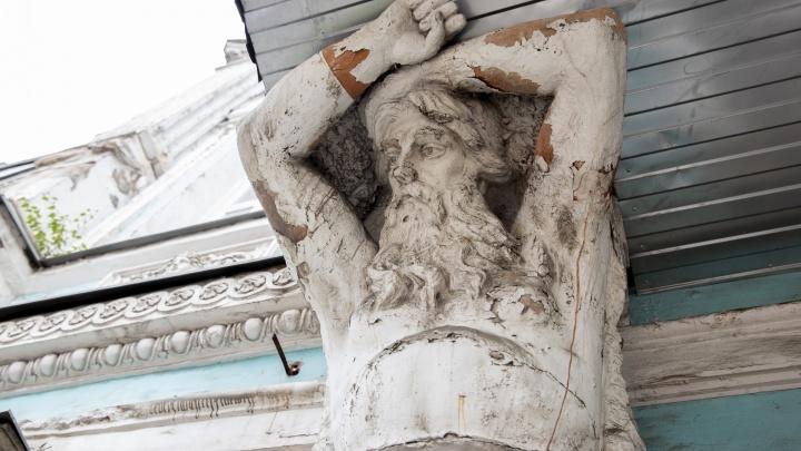 Непьющие и изуродованные: в Ярославле на знаменитом особняке с атлантами выросли берёзы