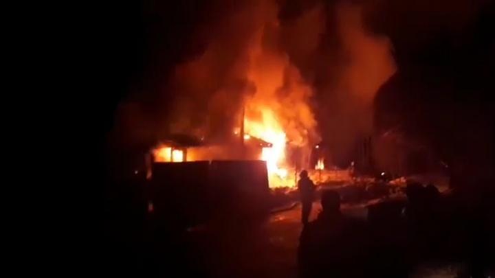 Спасались через окна, выносили технику и вещи: в Северке сгорел деревянный дом на четыре семьи