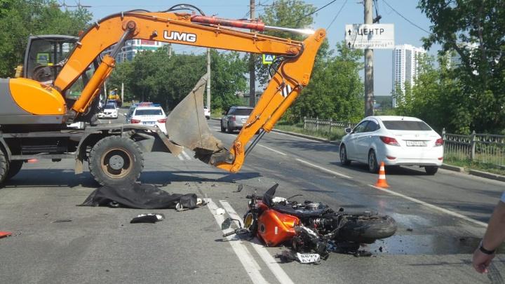 На Уктусе мотоциклист въехал в экскаватор и погиб