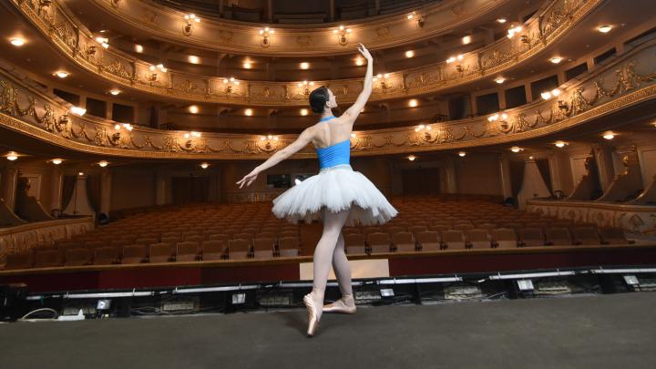 Оперный театр перекроил репертуар из-за COVID-19, чтобы сократить количество артистов на сцене
