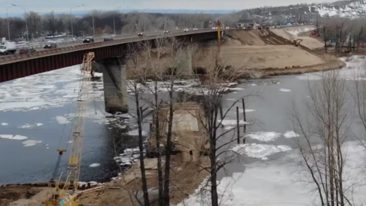 Реку Сок засыпают песком для строительства моста: видео