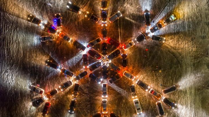 Закружили автохоровод: волгоградцы выстроили гигантскую снежинку из 70 машин напротив Мамаева кургана