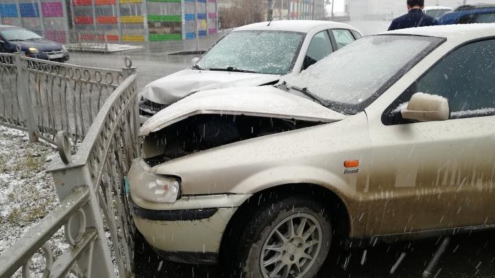 На Волгоградской столкнулись две машины, после удара их отбросило на забор