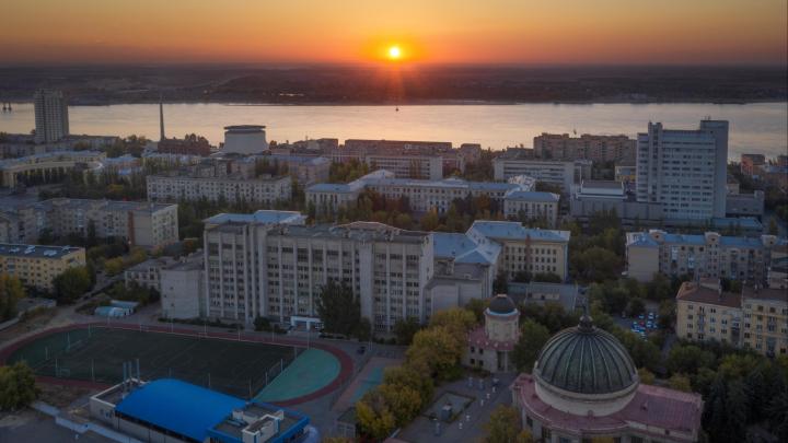 «Летние краски отступают»: аэрофотограф запечатлел рассвет и осенние улицы Волгограда