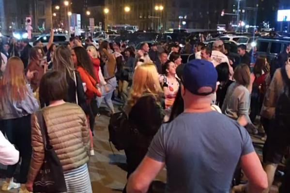 Новосибирцы танцевали недалеко от здания по адресу Ленина, 1