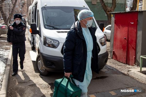К потенциальным носителям коронавируса на самоизоляции врачи приезжают на дом