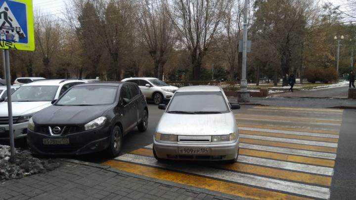 «Я тут работаю, мне можно»: автохамы Волгограда сгоняют пешеходов с тротуаров